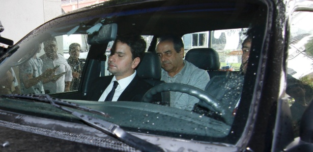 29.mar.2017 - Conselheiro do TCE João Gomes Graciosa (ao fundo) é levado para a PF após operação no Rio