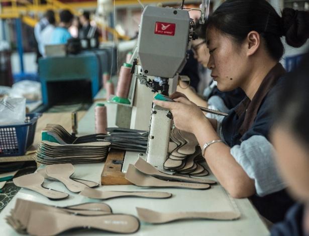 Mulher trabalha na fábrica de sapatos Huajian International, que faz sapatos para Ivanka Trump e outros designers, em Dongguan, na China
