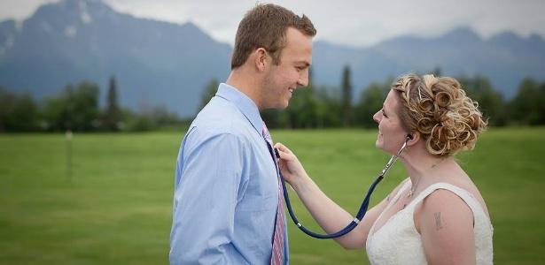 Becky Turney escuta o coração de seu filho no peito Jacob Kilby durante casamento