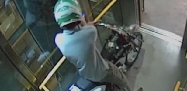 Motociclista frita pneus em elevador público da Austrália e é procurado pela polícia