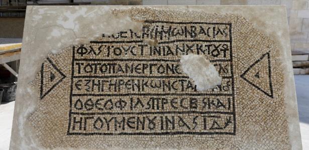 """""""O piedosíssimo imperador romano Flavio Justiniano e o sacerdote e abade que mais ama a Deus, Constantino, ergueram este edifício na décima-quarta indicção"""", diz o mosaico escrito em grego - Ronen Zvulun/Reuters"""