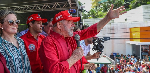 O ex-presidente Luiz Inácio Lula da Silva discursa durante sua passagem por Ipojuca (PE)