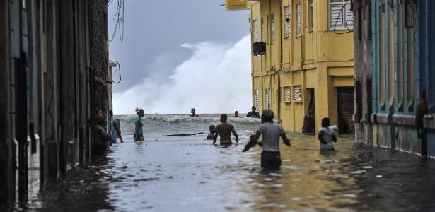Cubanos andam pelas ruas alagadas de Havana após a passagem do furacão Irma