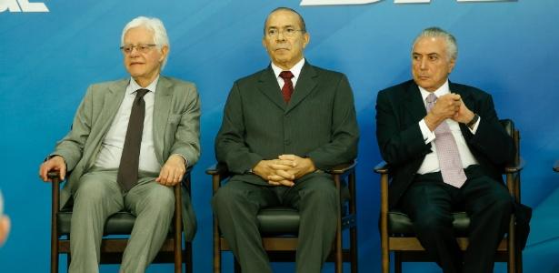 10.mai.2017 - Presidente Michel Temer (d) e os ministros Moreira Franco (e) e Eliseu Padilha (c), todos do PMDB, participam de cerimônia no Palácio do Planalto