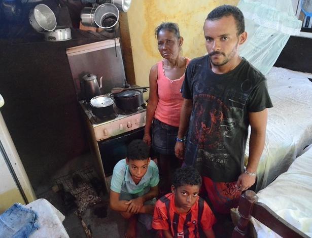 Maria Lúcia da Silva e Weverton dos Santos vivem com os dois filhos em favela em Maceió; ao lado, a grelha improvisada