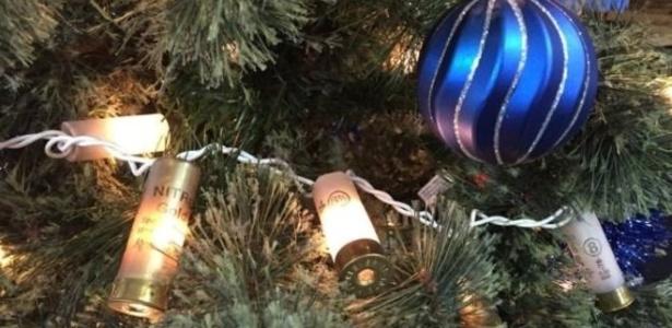 Árvore de natal decorada com cápsulas de balas em loja de armas nos EUA