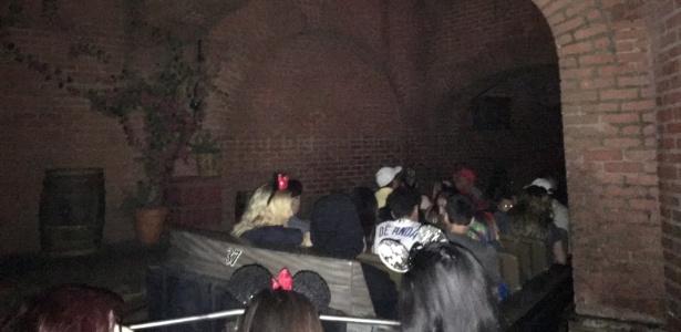 Visitantes da Disneylândia, na Califórnia, em brinquedo que parou após apagão