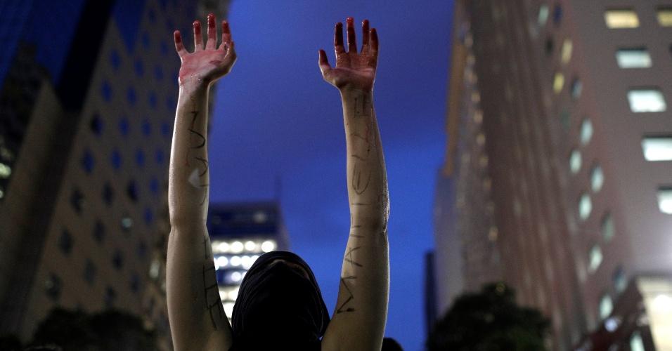 20.mar.2018 - Com as mãos pintadas de vermelha para simular sangue, manifestante particpa de ato na Candelária, região central do Rio de Janeiro, que marca o sétimo dia de morte da vereadora Marielle Franco (PSOL) e do seu motorista Anderson Gomes