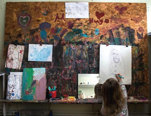 Criança desenha em pré-escola na cidade de Gävle, na Suécia