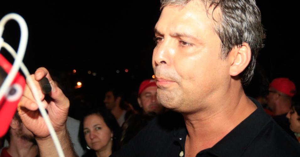 8.abr.2018 - Senador Lindbergh Farias exibe bala de borracha recolhida por manifestantes após ação da Tropa de Choque da PM do Paraná, que dispersou protesto contra a prisão de Lula em frente à sede da PF em Curitiba