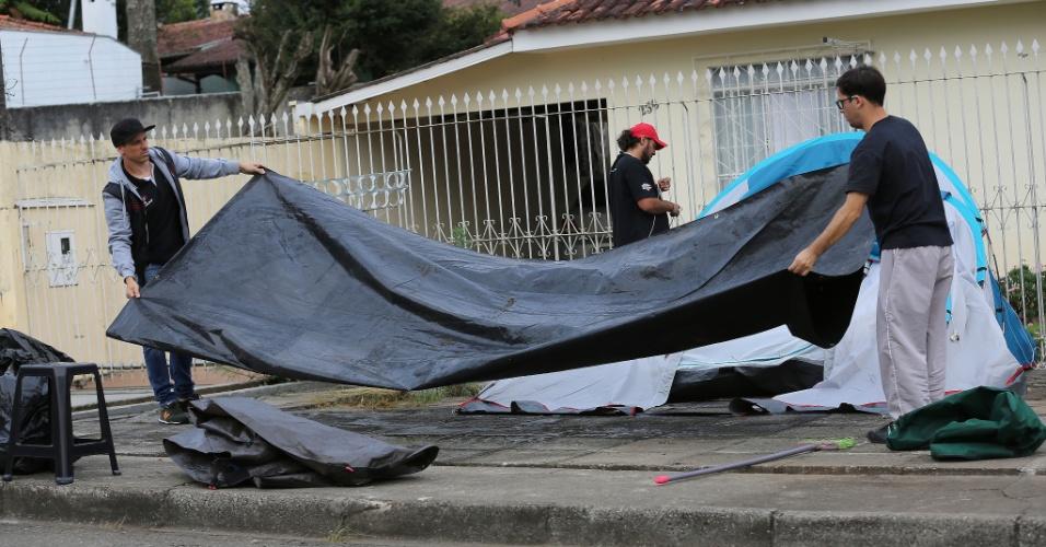17.abr.2018 - Integrantes dos movimentos sociais que estavam acampados nas proximidades da sede da Superintendência da Polícia Federal, no bairro Santa Cândida, em Curitiba (PR), em apoio ao ex-presidente Luiz Inácio Lula da Silva, começaram a desmontar as barracas na manhã desta terça-feira (17(