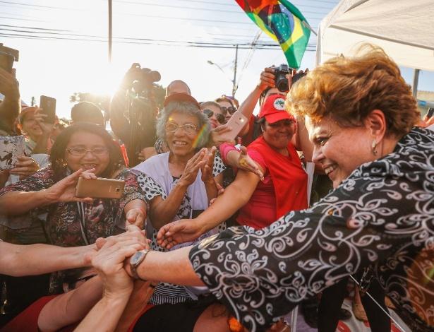 Ex-presidente Dilma Rousseff em ato político no acampamento do PT em Curitiba
