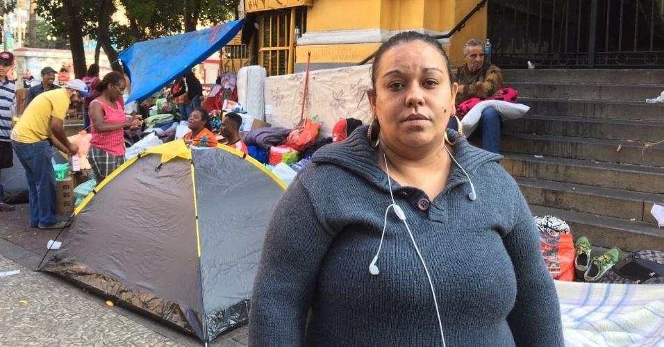 """A porteira Carla Regina de Castro, 34, disse que não dormiu durante a madrugada. """"Ainda não consegui. Pouco de nervoso, pouco de insônia, pouco de pânico. Passei a madrugada sentada, agradecendo quem tava trazendo doações"""""""