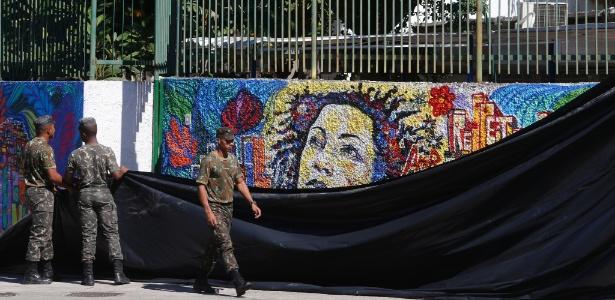 10.mai.2018 - Muro com pintura de Marielle no local onde será feita reconstituição do assassinato hoje à noite - Antonio Scorza / Agência O Globo