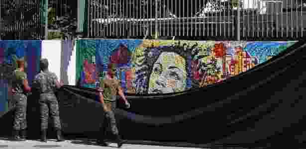 10.mai.2018 - Muro com pintura da vereadora Marielle Franco no local onde ela morreu em março - Antonio Scorza / Agência O Globo