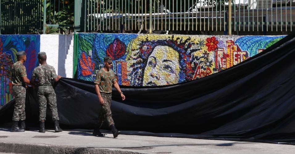 10.mai.2018 - Muro com pintura da vereadora Marielle Franco no local onde será feita reconstituição do assassinato hoje a noite