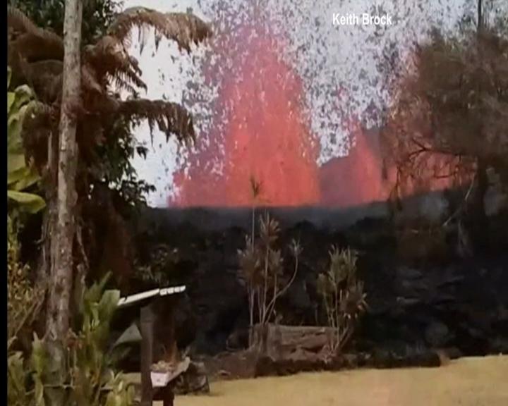Havaiano registra vulcão do quintal de sua casa