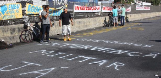 Caminhoneiros parados na rodovia Régis Bittencourt, na Grande São Paulo, pediram intervenção que equivale a golpe