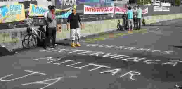 Caminhoneiros parados na rodovia Régis Bittencourt, na Grande São Paulo, pediram intervenção que equivale a golpe - Everaldo Silva/Futura Press/Estadão Conteúdo