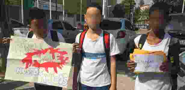 Estudantes exibem cartaz em protesto contra violência na favela - UOL - UOL