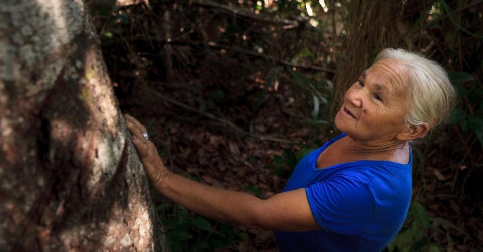 Alzira Miranda de Oliveira, 68, anda na mata perto de sua casa. Dez anos atrás esta mesma área era um roçado e hoje se regenera com árvores frondosas e espécies nativas