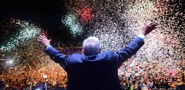 1.jul.2018 - Andrés Manuel López Obrador comemora com militantes sua eleição para a presidência do México - AFP PHOTO / PEDRO PARDO