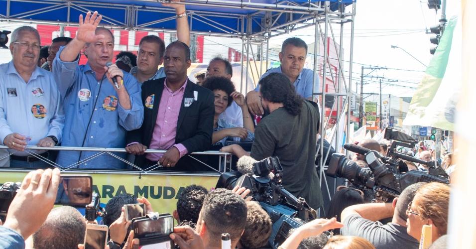 10.set.2018 - O candidato à Presidência da República, Ciro Gomes (PDT), realiza caminhada no centro de Mauá (SP), nesta segunda-feira (10)
