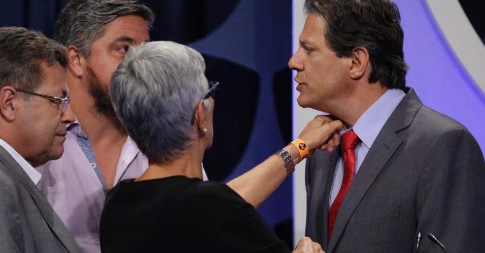 Fernando Haddad (PT) conversa com sua equipe em um dos intervalos do debate UOL, Folha e SBT