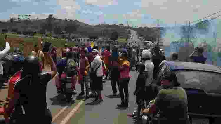 Manifestantes venezuelanos se aglomeram na fronteira com o Brasil defendendo a entrada de ajuda humanitária  - Reprodução - Reprodução
