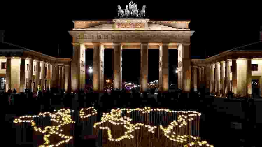Monumento em Berlim é fotografado antes de ter as luzes apagadas pela Hora do Planeta - Fabrizio Bensch/Reuters