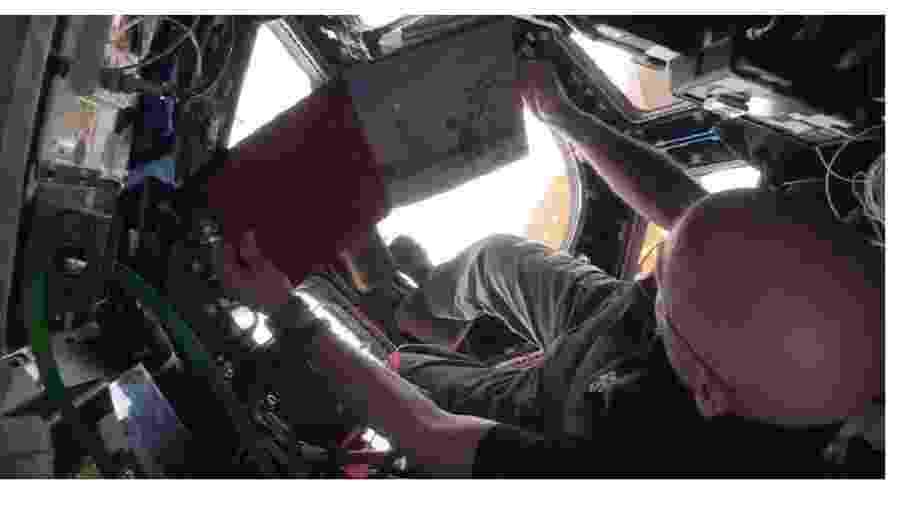 Astronauta lendo para crianças diretamente da Estação Espacial Internacional - Reprodução