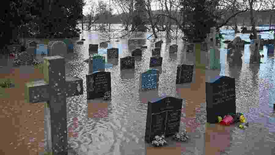 Cemitério em Tenburry Wells ficou inundado após passagem da tempestade Dennis - Oli Scarff/AFP