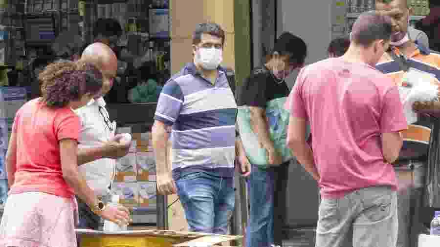 Ambulantes vendem álcool em gel e máscaras contra o coronavírus na região da rua 25 de março - Rubens Cavallari/Folhapress