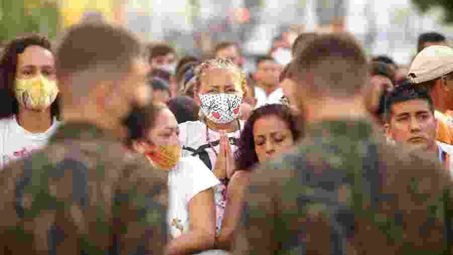 11.out.2020 - Muitos fiéis participaram das caminhadas usando máscara para evitar a disseminação do coronavírus - Raimundo Paccó/Estadão Conteúdo