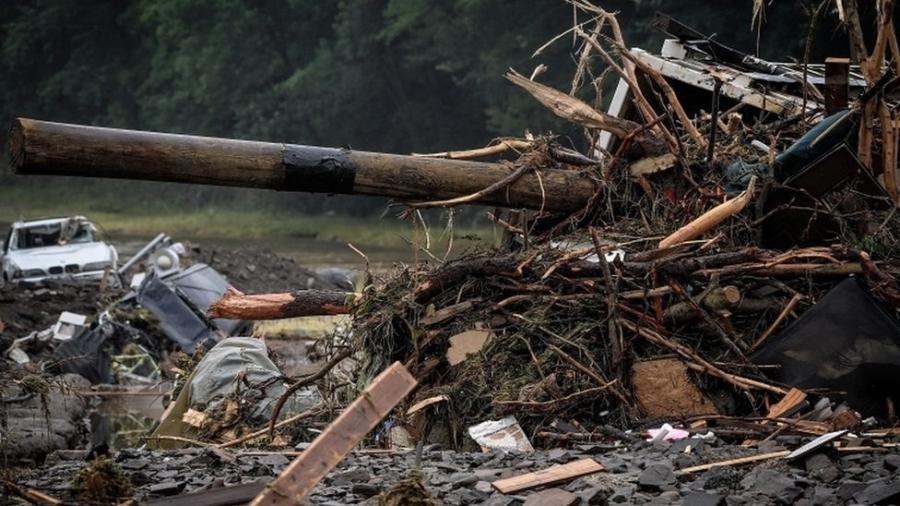 Fortes chuvas já deixaram cerca de 100 mortos na Alemanha; na foto, destroços na cidade de Schuld - EPA/Sascha Steinbach