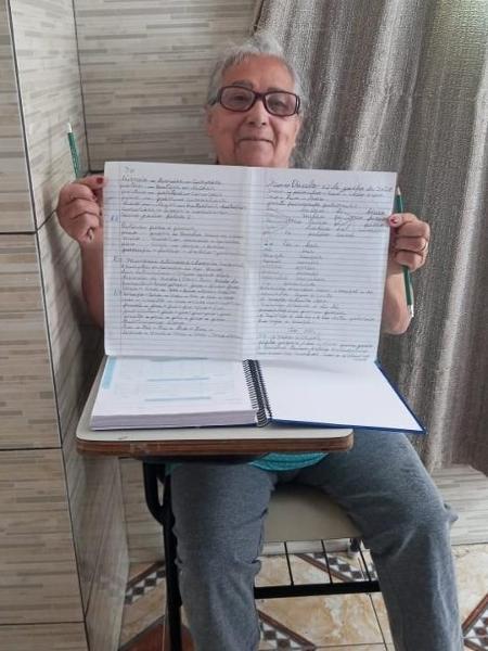 A dona de casa Nelsa Barbosa, que voltou a estudar na EJA, mas com dificuldades; caderno bonito é de autoria do filho - Arquivo pessoal