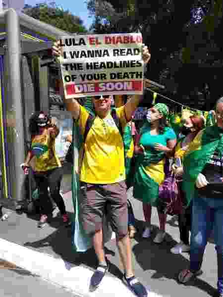 Na Paulista, Marcelo segura cartaz em inglês pedindo morte de Lula - Amanda Rossi/UOL - Amanda Rossi/UOL