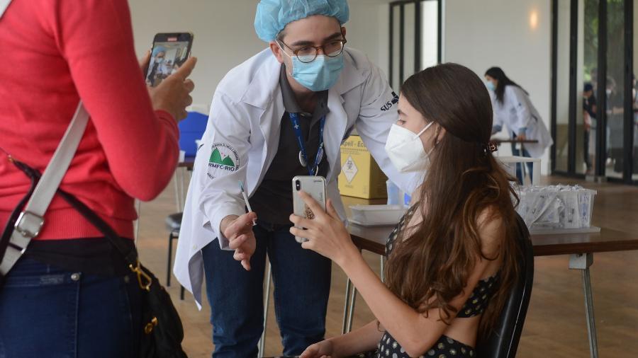 Adolescente de 13 anos recebe a primeira dose da vacina contra covid-19 no Jockey Club, na Gavea, no Rio - Adriano Ishibashi/Estadão Conteúdo - 22.set.2021