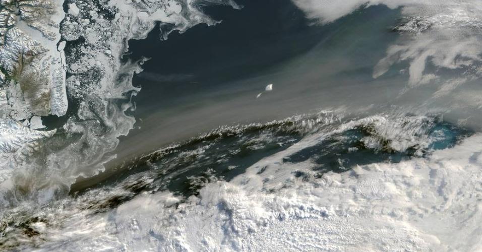 22.jul.2015 - O grande número de queimadas no Canadá e Alasca levou a fumaça para uma área na Groelândia, como mostra a imagem da Nasa de 3 de julho, divulgada nesta quarta-feira (22). Em nota, a Agência Espacial Norte-Americana explica que o deslocamento das nuvens de fumaça só ocorre quando houve a queima de grandes áreas. No dia 12 de julho também foi registrada fumaça das queimadas no polo Norte