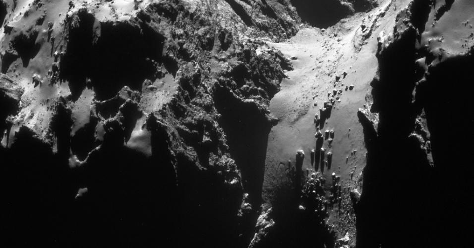 6.ago.2015 - A sonda Rosetta registrou esta imagem, inédita até então, do cometa 67P / Churyumov-Gerasimenko a uma distância de cerca de 30 km, em 22 de janeiro de 2015. Em 6 de agosto de 2014, a Rosetta iniciou observações detalhadas, incluindo o mapeamento da superfície do núcleo em busca de um local de pouso adequado para sonda Philae