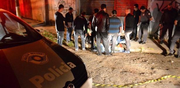 14.ago.2015 - Policiais inspecionam local de um dos ataques da maior chacina de SP - Edu Silva/Futura Press/Estadão Conteúdo