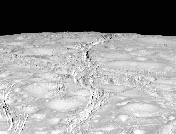 Superfície da lua Enceladus, de Saturno, em imagem obtida pela sonda Cassini
