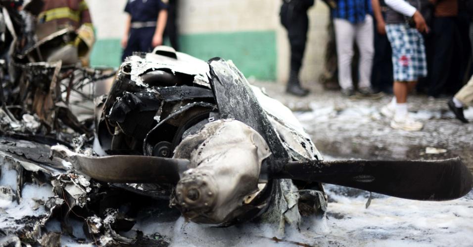 22.nov.2015 - Bombeiros cercam área com destroços de um avião de pequeno porte que caiu logo após decolar do aeroporto de La Aurora, na Cidade da Guatemala, na Guatemala, ferindo seus dois ocupantes