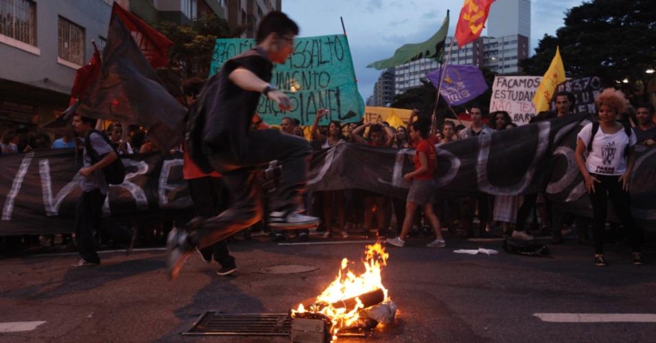 8.jan.2016 - Jovem pula fogo durante protesto contra o aumento da tarifa de ônibus em Belo Horizonte (MG), no centro da cidade. No último domingo (3), preço da passagem subiu de R$ 3,40 para R$ 3,70