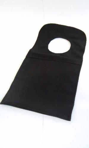 Lixeira para carro produzida a partir de uniforme, pela empresa Retalhar, que recicla tecidos e transforma em brindes
