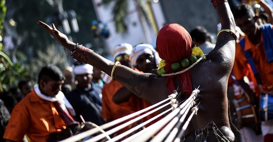 24.jan.2016 - Devoto hinduísta se flagela com ganchos nas costas durante ritual no festival Thaipusam, em Kuala Lumpur, capital da Malásia. Mais de um milhão de fiéis participam do evento, que acontece em templos por todo o país