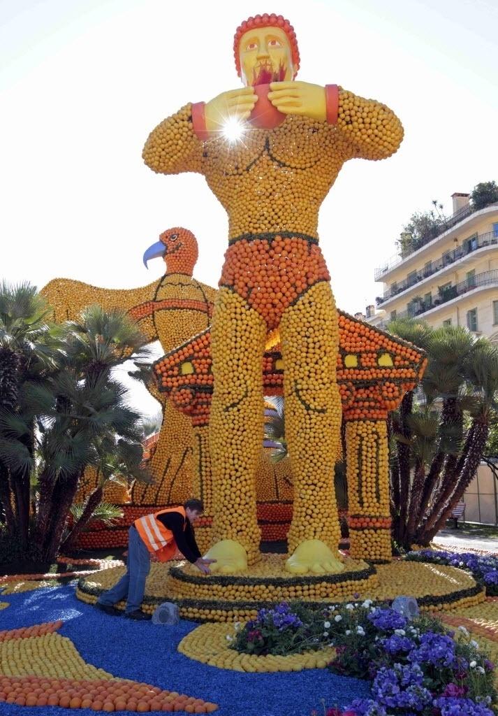 10.jan.2016 - Também há homens gigantes representados no festival do limão! Esta escultura é relacionada ao filme 'O Colosso de Rodes', de 1961. O festival ocorre de 13 de fevereiro ao dia 2 de março