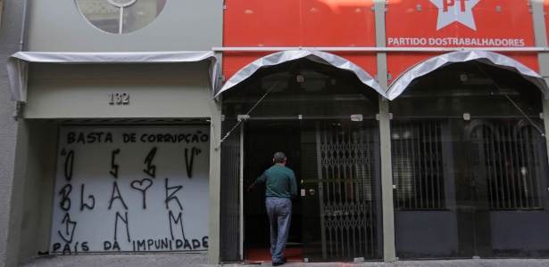 Grupo picha sede do PT em São Paulo - Antoine/Framephoto/Estadão Conteúdo