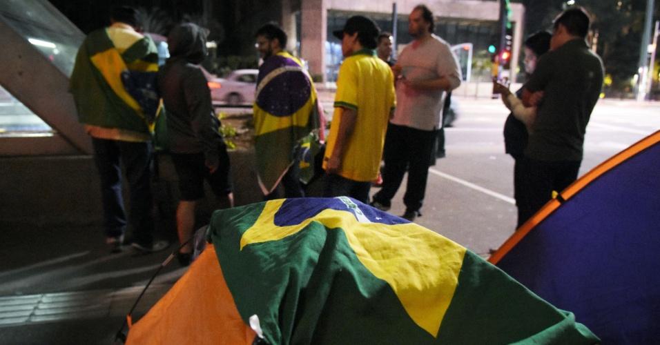 19.mar.2016 - Manifestantes pró-impeachment da presidente Dilma voltam a acampar em frente ao prédio da Fiesp, nesta madrugada, após serem retirados do local pela PM na manhã desta sexta-feira por causa da manifestação a favor do governo