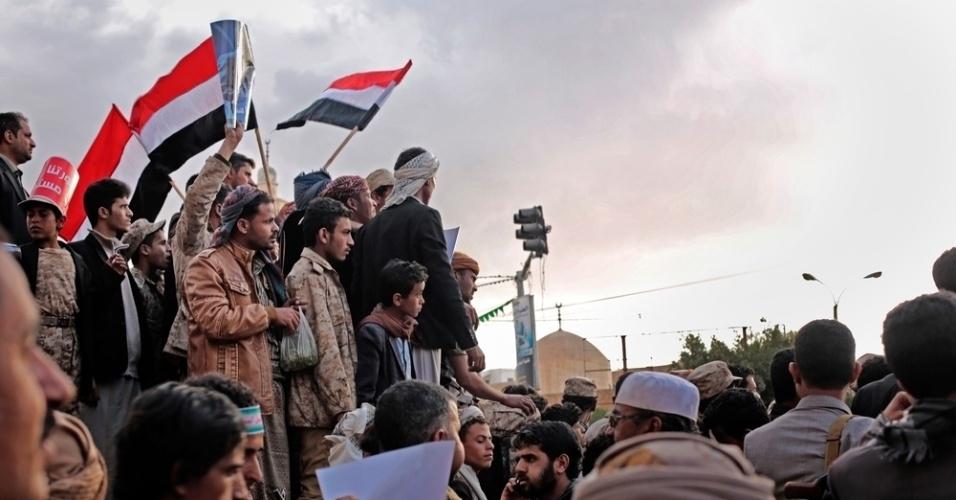 26.mar.2016 - Iemenitas celebram o quinto aniversário da Primavera Árabe na praça da Mudança, em Sanaa, em 11 de fevereiro deste ano. A imagem foi feita pela fotógrafa Rawan Shaif durante viagem por cidades das áreas controladas pelos houthis no norte do Iêmen, entre outubro de 2015 e fevereiro deste ano, para documentar os efeitos da guerra na população. Há exatamente um ano, tiveram início os bombardeios da coalizão árabe contra os houthis, que, segundo a ONU (Organização das Nações Unidas), mataram 3.218 civis e deixaram 5.778 pessoas feridas